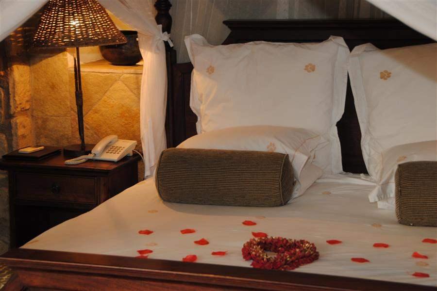 Thornybush Shumbalala Game Lodge Bed Petals