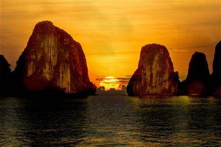 Vietnam_HalongBaySunset (1)