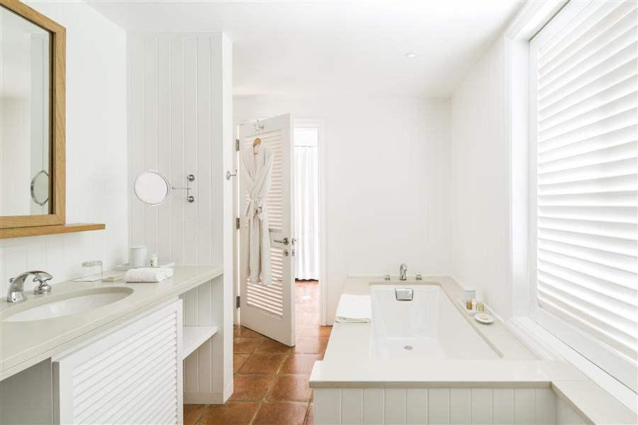 Parrot Cayby Como Terrace Room Bath