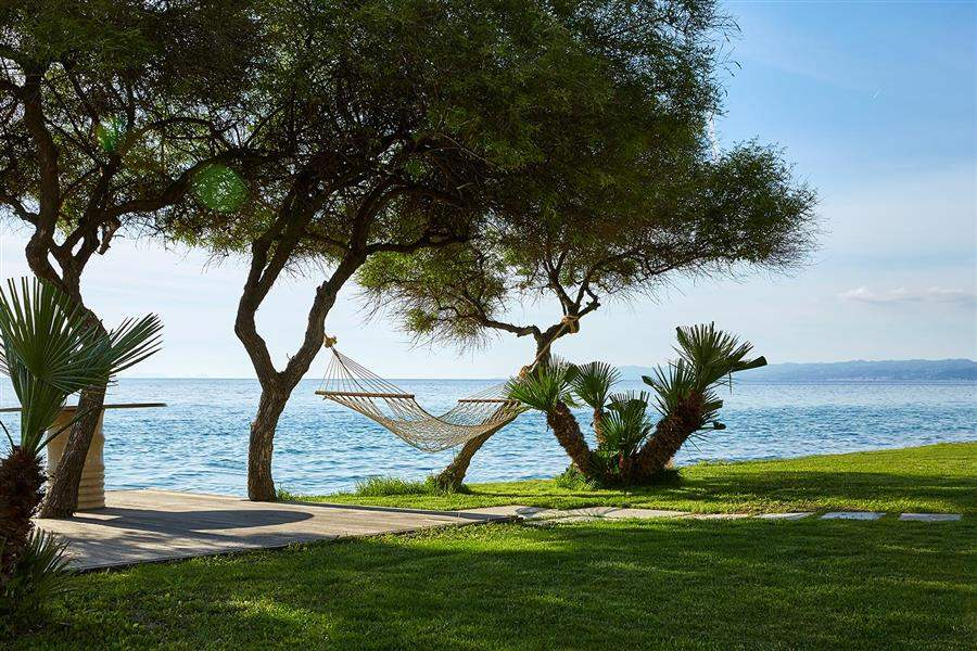 Grounds with hammocks and sea view