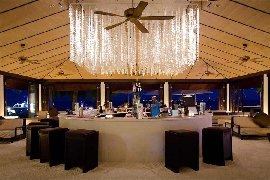 Lily Beach Resort and Spaat Huvahendhoo Spirit Bar